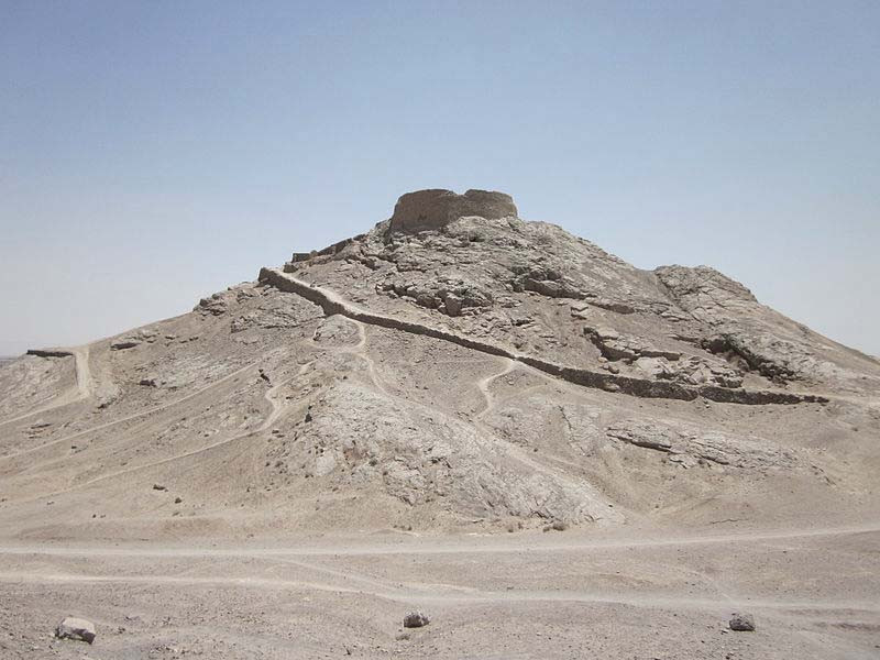 800px-Tower_of_Silence_(Yazd)_004